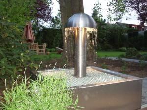 RVS Paddo fontein op fonteinbak, in de avond met verlichting